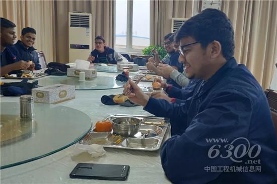 在学校食堂品尝中国美食