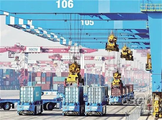 青岛港自动化码头设备正在自动运行