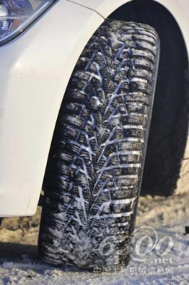 冬季胎的花纹块上有很多的细小花纹沟,这种花纹沟的设计使得轮胎在