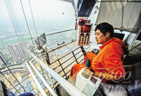 600米高空驾驶塔吊如开飞机