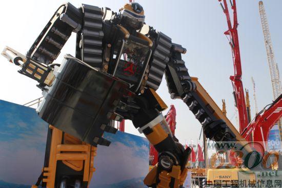 太帅了,是变形金刚,给我照个相啊!此次北京展上,三一重机隆重推出的概念挖机变形金刚机器人,成为本届北京展无可争议的人气王。   快看,变形金刚的手臂能动、头还能摇呢。现场观众兴奋地喊起来。机器人身高近8米,右手是一个挖斗,左手是一个钻机,整个脸部和躯干部分都是金属打造而成,看上去威武而神秘。   据了解,这个变形金刚帅哥是从三一挖掘机高仿真而来。据统计,开展首日,在变形金刚前驻足观看的观众超过20000人。  变形金刚  三一变形金刚概念挖机