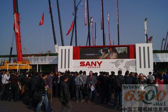 2011年10月18日,亚太地区工程机械行业年度盛事BICES 2011第十一届中国(北京)国际工程机械、建材机械及矿山机械展览与技术交流会在北京九华国际会展中心盛大开幕。本次展会吸引了来自海内外的行业巨头与后起新锐共1200家参展商同台竞技,汇聚了世界各地的数万名行业客户前来观展,将给世界工程机械行业发展带来新契机。作为全球访问量最大、影响力最大的中文互联网工程建设机械行业媒体,中国工程机械信息网( www.
