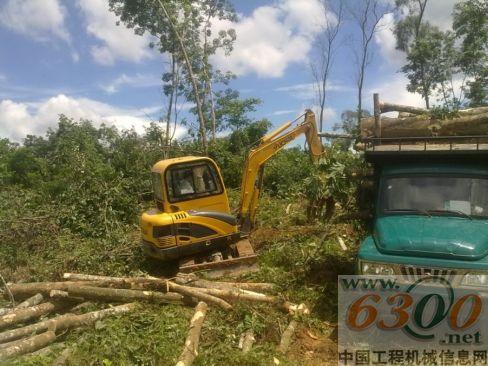 中YC35-8挖机在抓木装车作业-玉柴重工2012年服务月活动完满收官