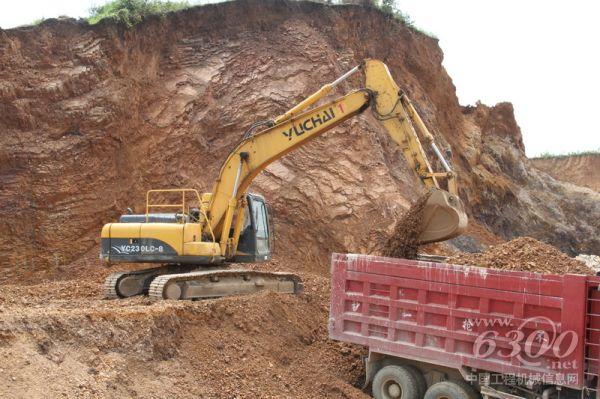 YC230-8挖掘机装车作业-年青玉柴挖掘机老板的致富路